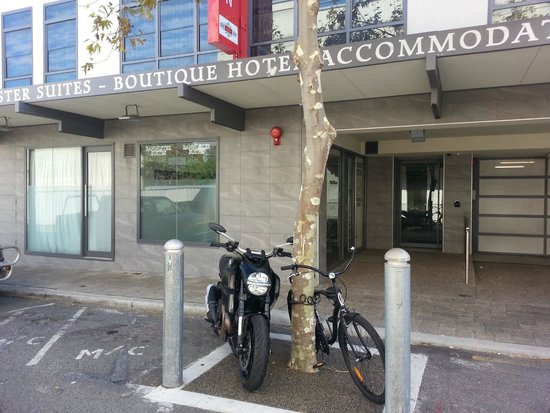 Quality Suites Fremantle: Entrance view. The bike is not mine.