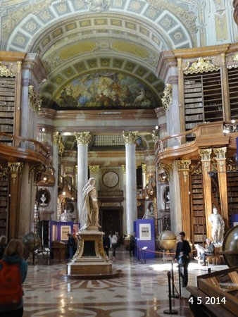 Nationalbibliothek: Looking down the library