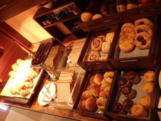 Intercontinental Hotel Osaka: Intercontinental Hotel Club Lounge breakfast bread section