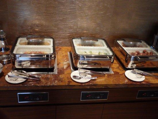 Intercontinental Hotel Osaka: Intercontinental Hotel Club Lounge breakfast hot entree section