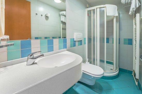 M Hotel: Shower