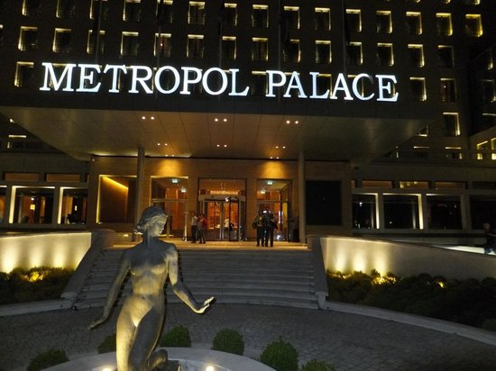 Metropol Palace, A Luxury Collection Hotel: Night view of Entrance