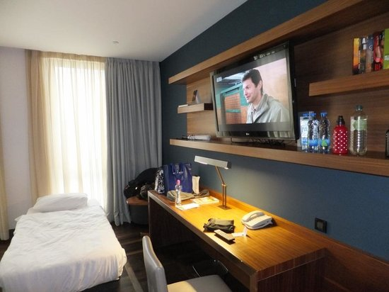 Metropol Palace, A Luxury Collection Hotel : Desk and TV