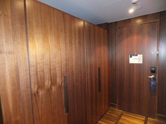 Metropol Palace, A Luxury Collection Hotel: Entrance hallway & cupboards