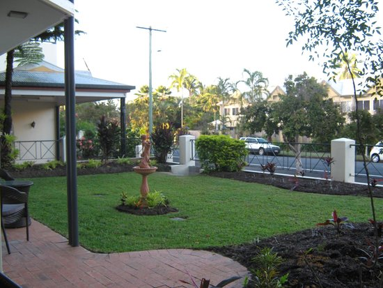 Cairns Queenslander Hotel and Apartments: Looking out from the back door