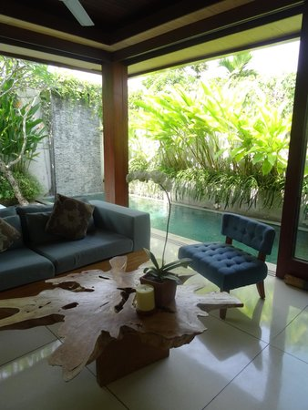 Maca Villas & Spa: Living room that opens out to the private pool and deck
