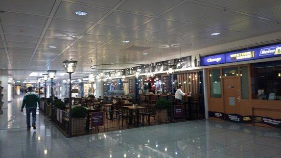 Airbräu Brauhaus: Пивная в зале аэропорта