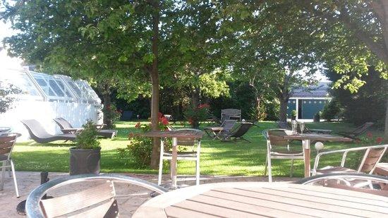 Hotel des Thermes et du Casino: vue du jardin, idéal pour un apéritif à l'ombre des pommiers sur un transat