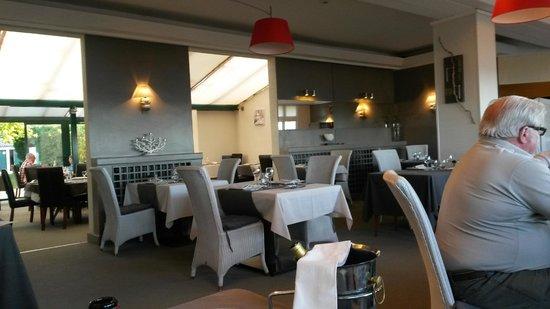 Hôtel des Thermes et du Casino: salle à manger, déco sobre et contemporaine