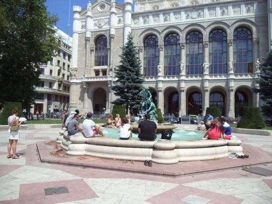 Novum Hotel Golden Park Budapest : Fun at the fountain