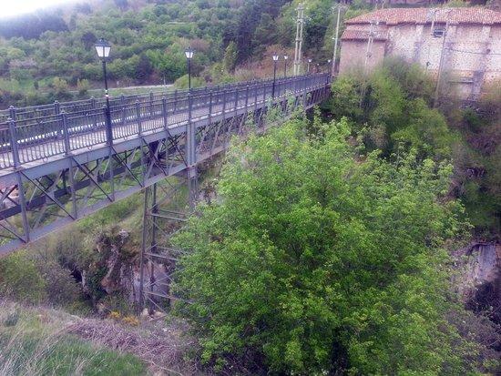 Ortigosa De Cameros, Spain: Pasando el puente, hay una altura considerable.