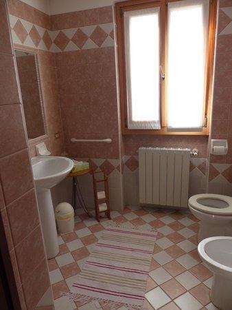 Lo Scoiattolo e la Noce : Guest bathroom