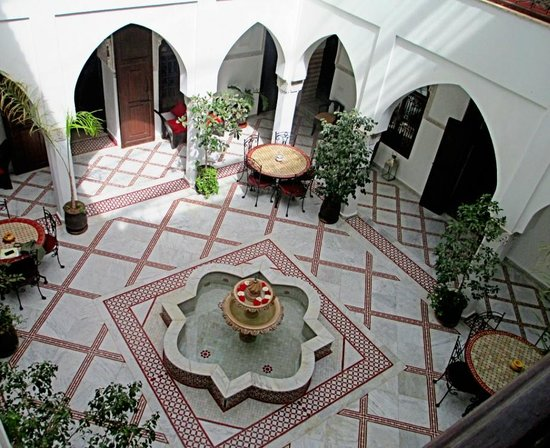 Riad Nasreen: View down into the patio
