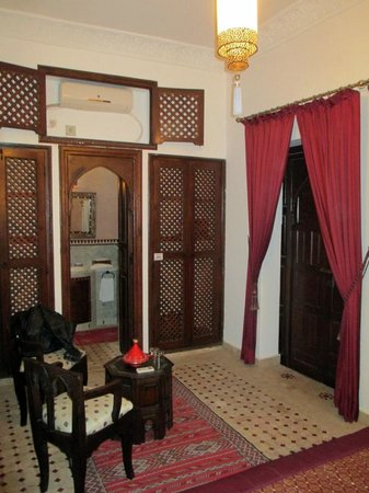 Riad Nasreen : Twin wardrobes and door to bathroom with a/con over