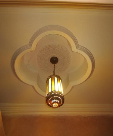 Riad Nasreen : Bathrooms usually all look the same except for this ceiling & lamp