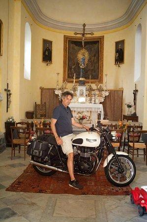 Agriturismo Villanova: Kapelle im Gut mit Besitzer und Motorrad, dass dort lagert