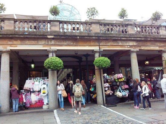 Covent Garden : Cobble-stone square around the market building