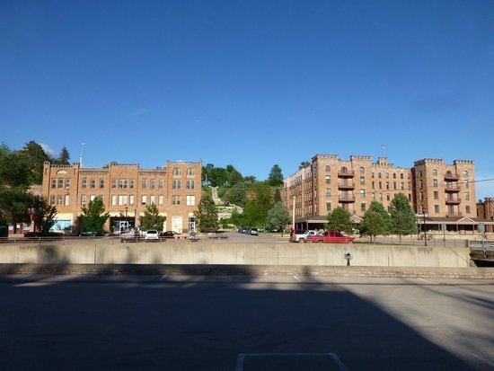Americas Best Value Inn by the River: Di fronte al motel