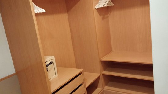 Paradise Park Fun Lifestyle Hotel: Walk in dressing room, premium family