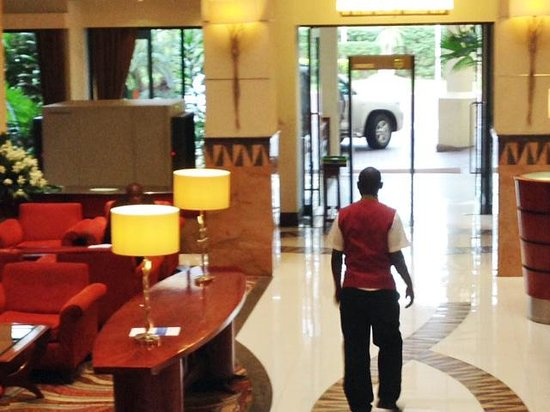 Kigali Serena Hotel: Entrance to hotel