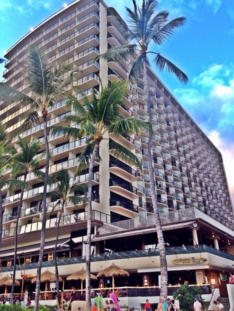 Outrigger Waikiki Beach Resort : View of Outrigger from the beach