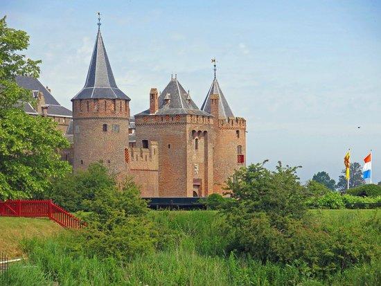 Burg Muiderslot (Kasteel Muiderslot): Het kasteel vanaf de Ton Kootsingel
