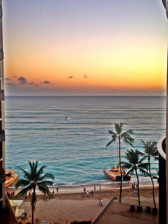 Outrigger Waikiki Beach Resort: Sunset view from our room