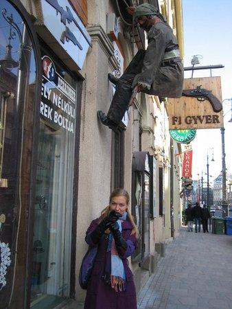 Mercure Budapest Korona Hotel: Улица от отеля к Дунаю