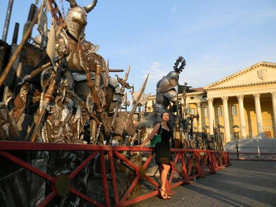 Arena di Verona: декорации на площади у Арены