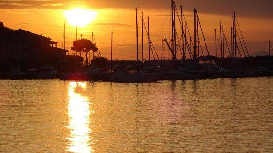 Borgo al cotone : Sunset over the bay