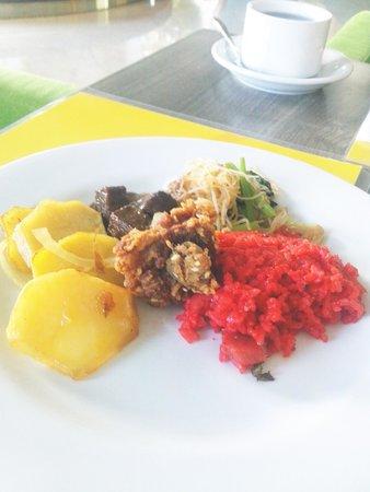 M-Regency Makassar: menu breakfast buffet indonesian/oriental
