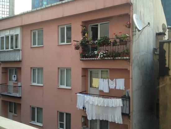 Titanic Comfort Sisli : вид из окна