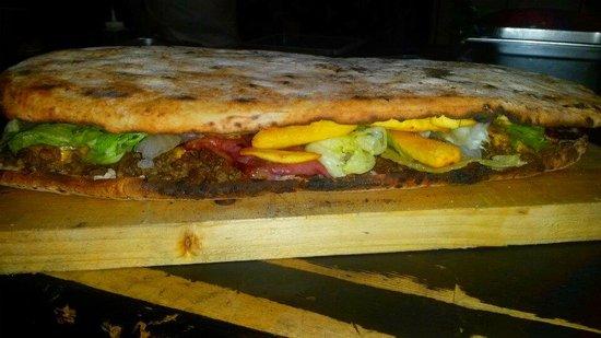 Friend'S Food : Panuozzo con Cheese steak scamorza cheddar bacon insalata e patatine...
