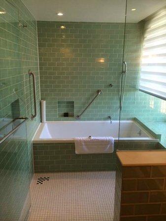 Auberge Saint-Antoine: La salle de bains, douche à l'italienne et baignoire