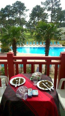Résidence Odalys Les Greens du Bassin : Déjeuner sur le balcon