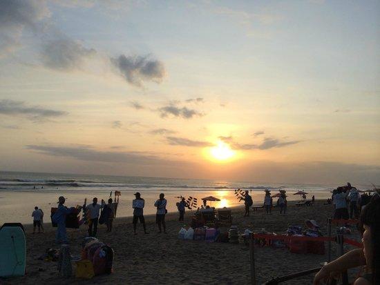 Seminyak Beach: KU DE TA前から見た夕陽です