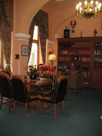 Hotel Julian: Library