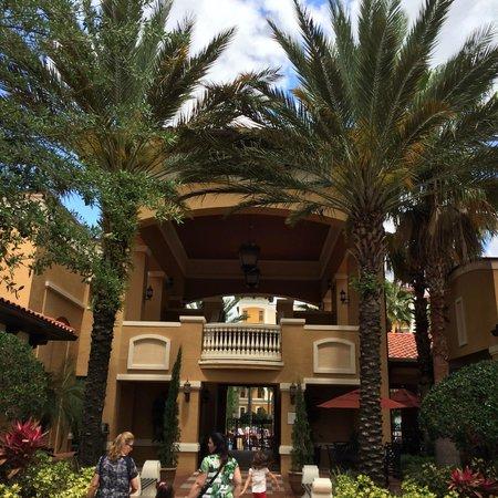 Floridays Resort: Entrada da área de lazer e bares.