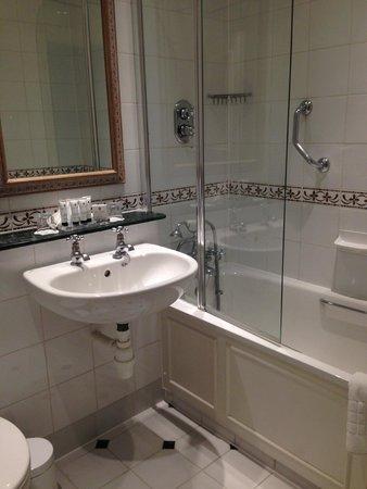 Macdonald Frimley Hall Hotel & Spa : Bathroom