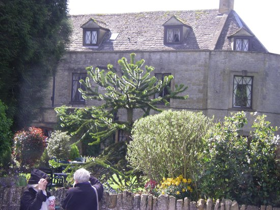 Stow-on-the-Wold, UK: Garden view along the street near the tea room.