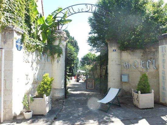 Hostellerie Val de Creuse : L' entrée avenante et fleurie.