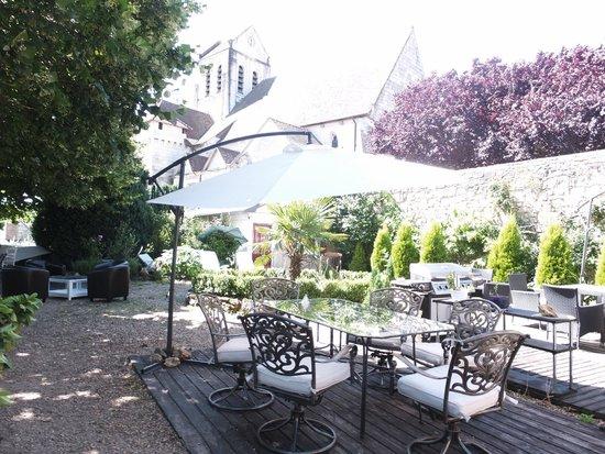 Hostellerie Val de Creuse : Un jardin à l'ombre de l'église médiévale où il fait bon prendre son petit-déjeuner ou un verre