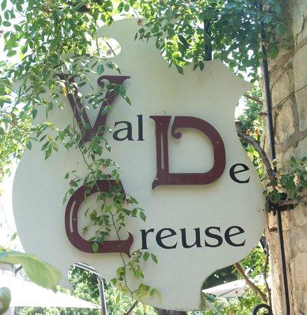 Hostellerie Val de Creuse : L'enseigne dans le style de l'établissement.