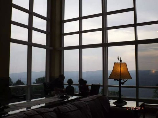 Amicalola Falls Lodge: Playing checkers in the gorgeous main lobby