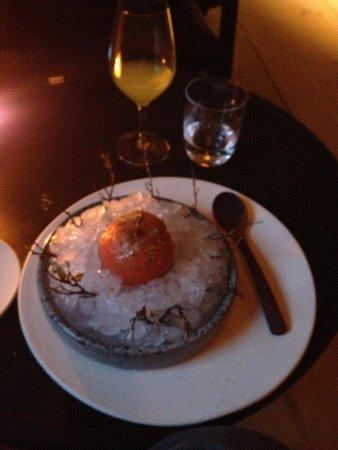 Noma : Essa foi a sobremesa. Maça mergulhada em suco de cereja por 8 horas e saplicada com algas do nor