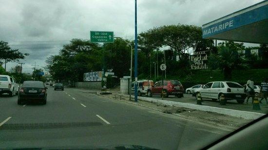 Portal Da Cidade: Entrada do Hotel atrás de posto de gasolina