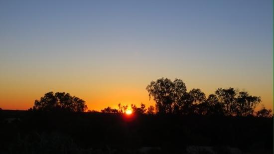 Outback Pioneer Hotel & Lodge, Ayers Rock Resort: 展望台からの日の出