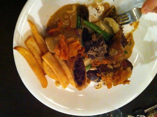 Oscar's On The Yarra Restaurant: Roast Beef Tenderloin - the Asian fusion balances the meat with spring roll, mushroom frittata,