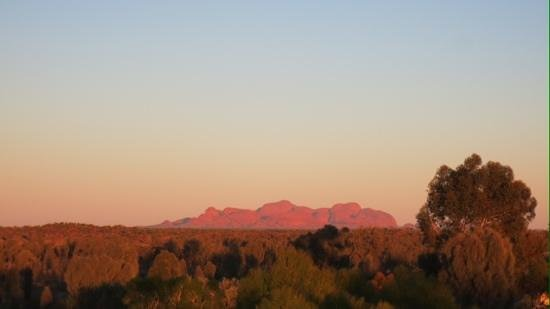 Outback Pioneer Hotel & Lodge, Ayers Rock Resort: 展望台、朝日に染まるカタジュタ