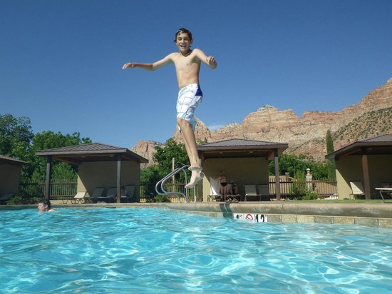 La Quinta Inn & Suites at Zion Park / Springdale: pool and mountains